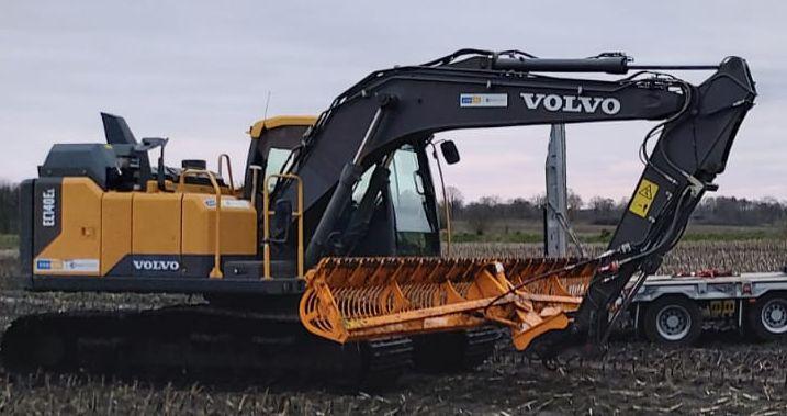 Volvo-Bagger mit Mähkorb
